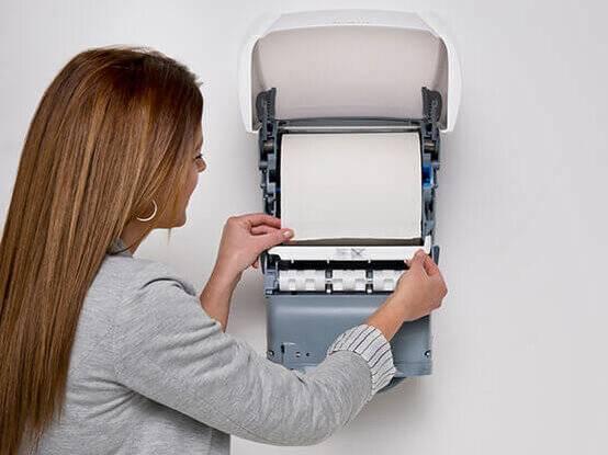 Papieren handdoekautomaat rollen verwisselen