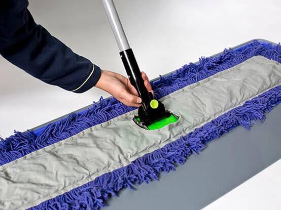 Deze foto laat de paarse vezels van de geimpregneerde vloerwisser (lavanswisser) goed zien.